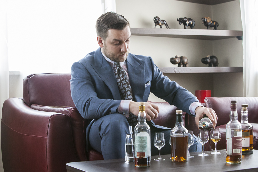 Tomasz Miler nalewający whisky