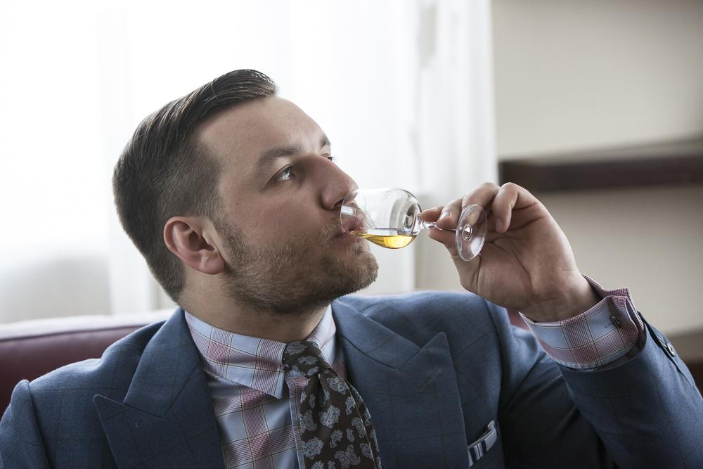 Tomasz Miler próbuje whisky