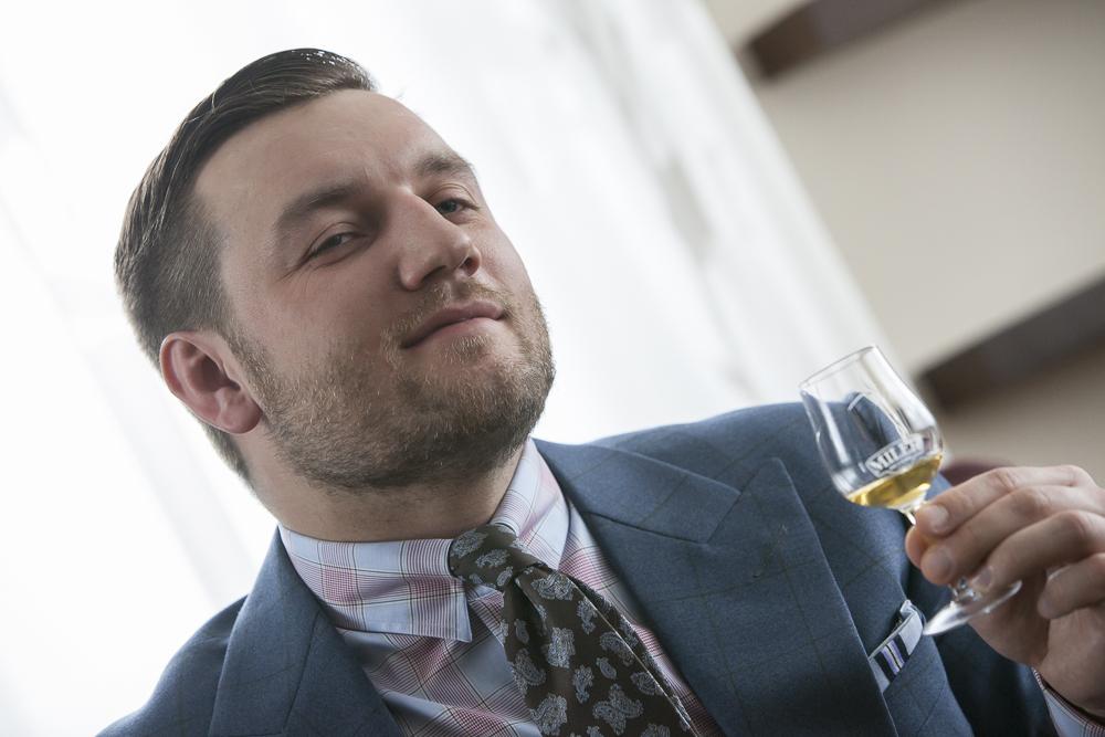 Tomasz Miler rozkoszujący się finiszem whisky