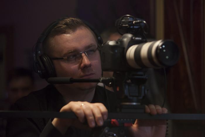 Maciej Uchmański z FIlmum.pl na planie filmu o chrzczeniu piwa wodą