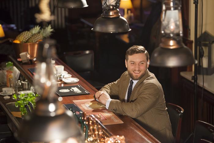 Tomasz Miler na planie filmu o chrzczeniu piwa wodą