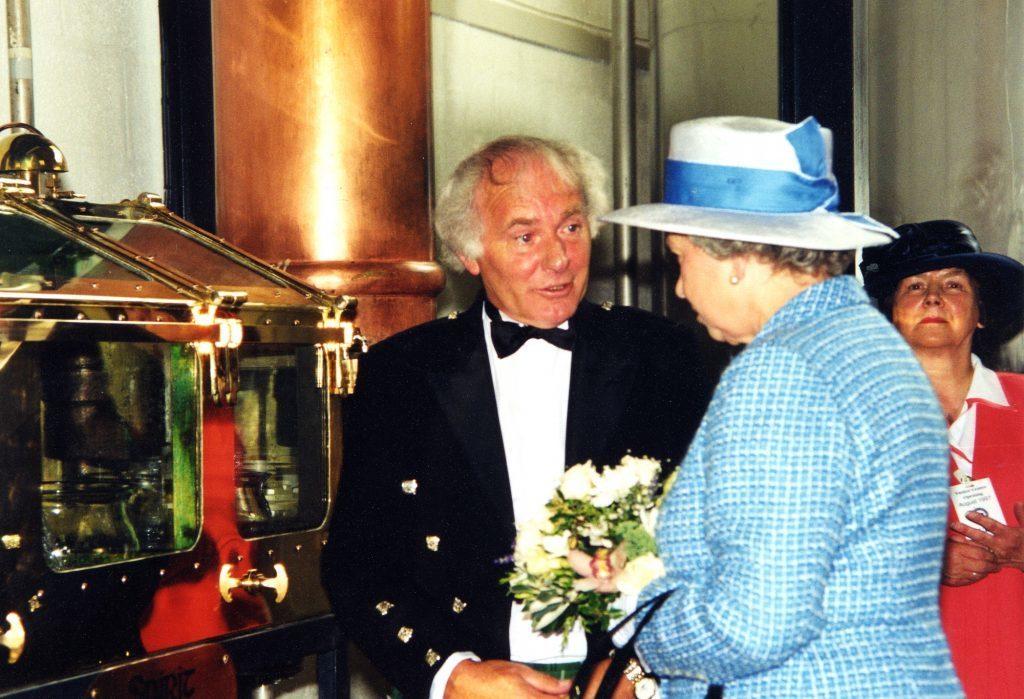 Królowa Elżbieta II na wyspie Arran przygląda się produkcji Arran Single Malt Whisky