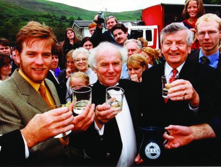 Ewan McGregor na wyspie Arran degustuje Arran Single Malt Whisky